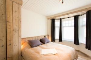 slaapkamer kingsize bed en ensuite badkamer 2
