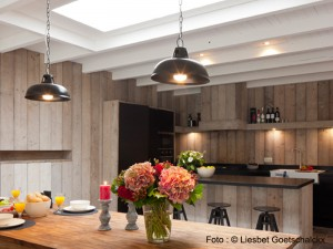 View on diner and kitchen in holiday home Pannenstraat 104 | Holiday Rentals ZaligAanZee.be