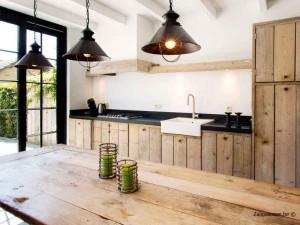 keuken in steigerhout vakantiehuis voor 8 tot 10 personen Pannenstraat 246 Zaligaanzee